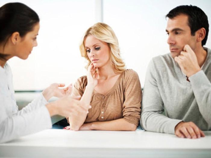 bác sĩ tư vấn điều trị vô sinh hiếm muộn